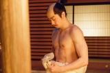 病と戦う鶴松のためにみずごりをするシーンでは「鍛えすぎ」と話題に(C)NHK