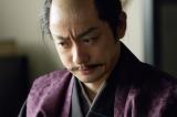 NHK大河ドラマ『真田丸』第35回より。味方を増やすため、全国に書状を届けようと動く刑部と三成(C)NHK