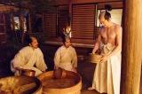 NHK大河ドラマ『真田丸』第25回より。病と戦う鶴松のためにみずごりをする三成たち(C)NHK