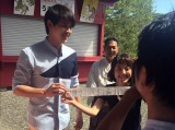 タイの国民的スーパースター、ジェームス・ジラユが、自身の映画の舞台にもなった佐賀・祐徳稲荷神社を訪問(C)RKB