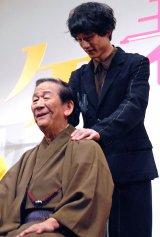 敬老の日とあり肩たたきで小松政夫をねぎらう坂口健太郎 (C)ORICON NewS inc.