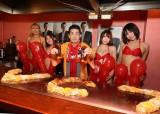 美女たちとお好み焼きにソースかけをした角川博
