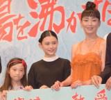 映画「湯を沸かすほどの熱い恋」完成披露試写会舞台あいさつに登壇した(左から)伊東蒼、杉咲花、宮沢りえ (C)ORICON NewS inc.