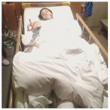 ベッドから手術終了の報告をした道端アンジェリカ(写真はSNSより)