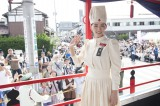 福島県会津若松市で行われた「会津まつり」に大河ドラマの衣装(看護服)で参加した綾瀬はるか