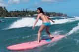 女性からも一目置かれる魅力的なボディを写真集で披露した深田恭子。趣味で行っているサーフィン姿も