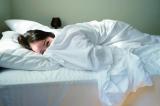 ベッドに寝そべりキュートな笑顔=佐々木希デビュー10周年記念写真集『かくしごと』より