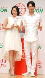 白の衣装で登場した(左から)中谷美紀、ディーン・フジオカ (C)ORICON NewS inc.