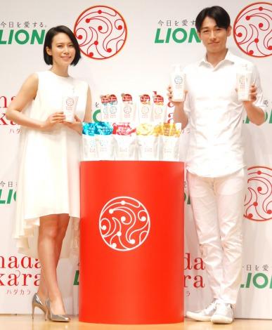 『hadakara』新商品および新CM発表会に出席した(左から)中谷美紀、ディーン・フジオカ (C)ORICON NewS inc.