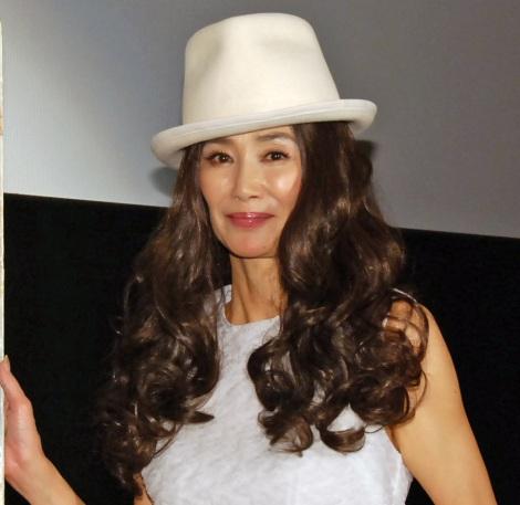 白の帽子をかぶった萬田久子