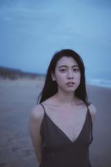 写真集『わたし』をリリースする三吉彩花