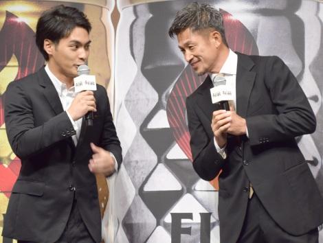 新缶コーヒー『FIRE』の発表会に出席した(左から)柳楽優弥、三浦知良選手 (C)ORICON NewS inc.