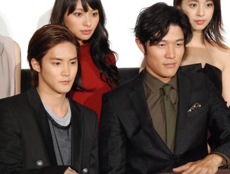 映画『彼岸島 デラックス』完成披露上映会舞台あいさつに出席した(左から)白石隼也、鈴木亮平 (C)ORICON NewS inc.