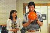 10月11日放送、関西テレビ・フジテレビ系『ラブドラマバラエティー 50キュン恋愛物語』より(左から)赤井英和、菊池桃子(C)関西テレビ