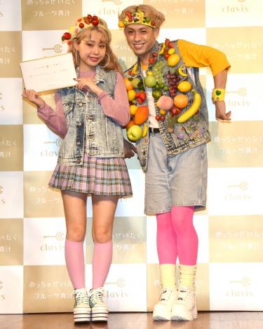 りゅうちぇるもメロメロ!半年で10キロ減量に成功したぺこ(左)=『めっちゃぜいたくフルーツ青汁』PRイベント (C)ORICON NewS inc.