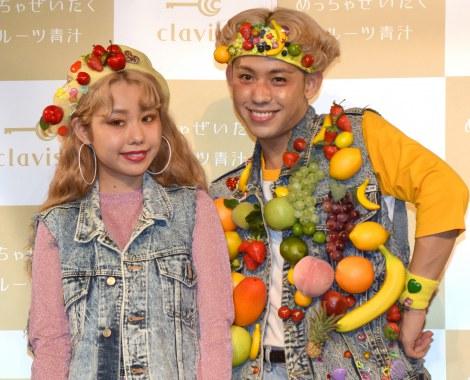 『めっちゃぜいたくフルーツ青汁』PRイベントに登場した(左から)ぺこ、りゅうちぇる (C)ORICON NewS inc.