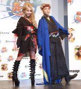 スマホゲーム『戦国炎舞-KIZNA-』大型プロモーション発表イベントに登場した(左から)ぺこ、りゅうちぇる (C)ORICON NewS inc.