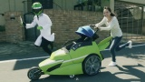 カッコいいベビーカーに乗った赤ちゃんとお母さんが松戸の街を快走(松戸PR動画『Family Support No.1』篇より)