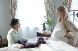 芳根京子との共演シーン=朝ドラ『べっぴんさん』に出演が決まったシャーロット・ケイト・フォックス(右) (C)NHK