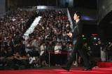 10月6日に行われた開幕式でレッドカーペットを歩く長谷川博己