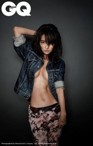 メンズ雑誌『GQ JAPAN』で大胆なセクシーカットに挑戦した泉里香(GQ JAPAN 2016年11月号)