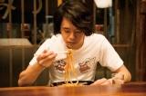 劇中で食べるマスターの料理は、焼うどん (C)2016安倍夜郎・小学館/「続・深夜食堂」製作委員会