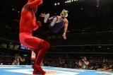 タイガーマスクWがレッドデスマスクに華麗なドロップキックをお見舞い(C)新日本プロレス