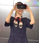 VR体験をした春香クリスティーン=『Alcatel』の新製品発表会