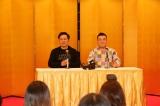 新番組決定の記者会見に困惑した様子の(左から)有田哲平、山崎弘也(C)日本テレビ