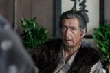 NHK大河ドラマ『真田丸』第38回より。佐助から家康についての報告を受ける昌幸(C)NHK