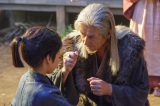 NHK大河ドラマ『真田丸』第38回より。昌幸は孫の大助に戦い方を教える(C)NHK