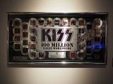 『KISS EXPO TOKYO 2016〜地獄の博覧会〜』東京・原宿のラフォーレミュージアムで開催。RIAA(全米レコード協会)KISS売上1億ドル突破記念パネル (C)ORICON NewS inc.