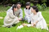10月3日スタート、NHK連続テレビ小説『べっぴんさん』第1回より。母・はな(菅野美穂)から四つ葉のクローバーの話を聞くすみれ(渡邉このみ)(C)NHK