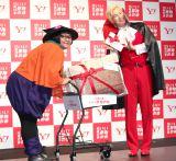 かぼちゃ&ドラキュラの衣装で登場したメイプル超合金(左から)安藤なつ、カズレーザー (C)ORICON NewS inc.