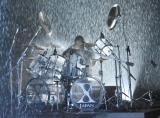ずぶ濡れになりながらドラムを演奏するYOSHIKI=『Amazon Fashion Week TOKYO』 (C)ORICON NewS inc.