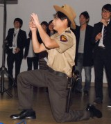 鈴木奈々のセクシーポーズをスマホにおさめる吉村崇 (C)ORICON NewS inc.