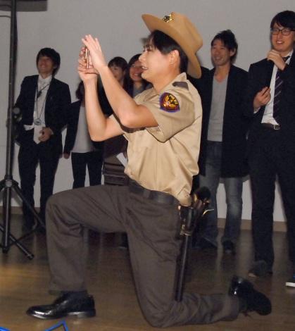 鈴木奈々のセクシーポーズをスマホにおさめる吉村崇=BSスカパー!特別番組『ボイス・オブ・ウォーキング・デッド』PRイベント (C)ORICON NewS inc.