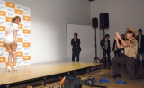 鈴木奈々(左)のセクシーポーズをスマホにおさめる吉村崇=BSスカパー!特別番組『ボイス・オブ・ウォーキング・デッド』PRイベント (C)ORICON NewS inc.