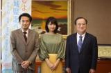 連続テレビ小説『ひよっこ』に主演する有村架純(中央)が茨城県の橋本昌知事(右)を表敬訪問。左は制作統括の菓子浩チーフプロデューサー