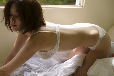 完全すっぴん…セクシーランジェリーでベッドシーンも表現=筧美和子 写真集『Parallel』