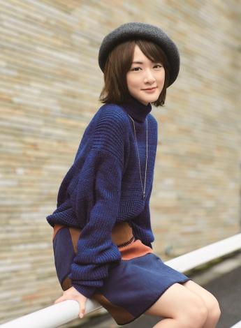 『smart』12月号でメンズニットの着こなしを披露した乃木坂46・生駒里奈(宝島社)