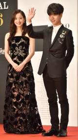 『第29回東京国際映画祭』(TIFF)オープニング・レッドカーペットに出席した(左から)佐々木希、イェソン (C)ORICON NewS inc.