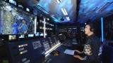 国際宇宙ステーションに滞在中の大西卓哉宇宙飛行士と交信する松任谷由実(C)NHK