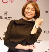 副賞の時計を身につけにっこり笑顔の米倉涼子=『HUBLOT LOVES WOMEN AWARD』授賞式 (C)ORICON NewS inc.