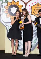 ヴーヴ・クリコ『イエロー・ウィン』プレスイベントに出席した熊切あさ美(左)