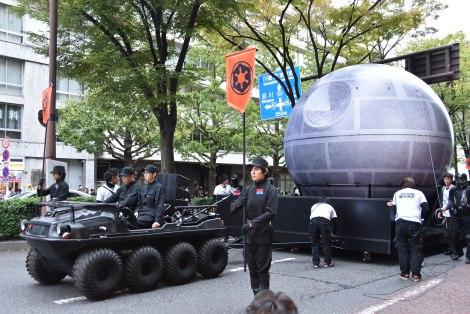 『カワサキハロウィン2016』の「スター・ウォーズ」パレードに帝国軍の究極兵器<デス・スター>を再現した超巨大バルーンも出現 (C)ORICON NewS inc.