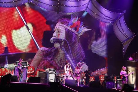 『日テレHALLOWEEN LIVE 2016』で℃-uteの鈴木愛理とSCANDALがコラボ(PHOTO:山内洋枝)