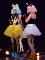 国内最大級のハロウィンイベント『ジャック・オー・ランド』のステージ上でパフォーマンスした(左から)安田レイ、筧美和子 (C)ORICON NewS inc.