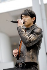 1stシングル「泣いたロザリオ」を熱唱する青柳翔