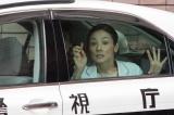 警視庁のパトカーで連行される志帆(C)関西テレビ